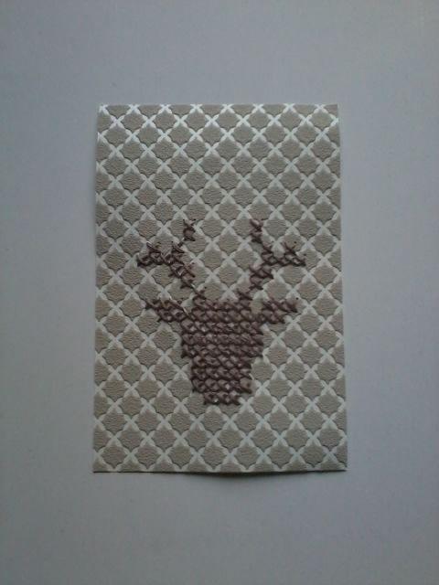 Hert met kruissteekjes op een stukje behang en ook op verfstaaltjes gemaakt. Vervolgens verstuurd als Kerstkaart.