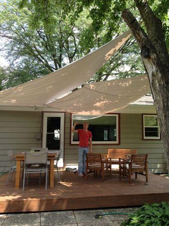 家の屋根と大きな木を利用してタープを。木漏れ日を浴びて、自然の中のウッドデッキはとても魅力的です。