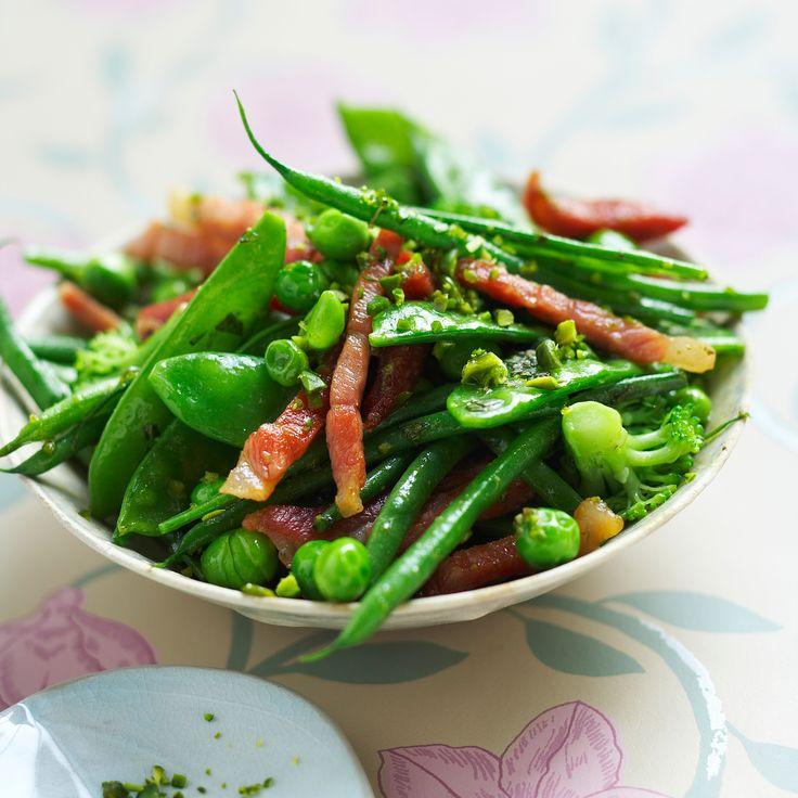 Wok de haricots verts surgelés et petits légumes aux lardons
