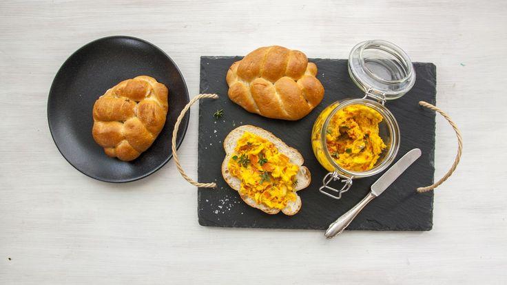 Přemýšlíte, co dalšího připravit z dýně? Kromě polévky vyzkoušejte i snadnou pomazánku. Stačí přidat kořenovou zeleninu a žervé a večeře se může podávat.