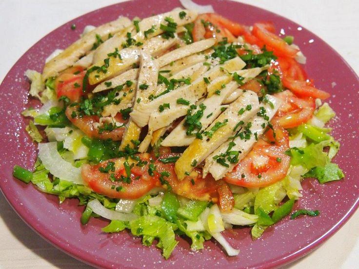 Esta es una ensalada muy sencillita, sabrosa y le gusta a todo el mundo.Es ideal para que los niños se vayan acostumbrando a comer ensaladas.Ingredientes:lechuga.1/2 cebolleta tierna.1 pimiento verde.1 tomate.2 filetes de pollo.queso parmesano rallado.perejil&nbs