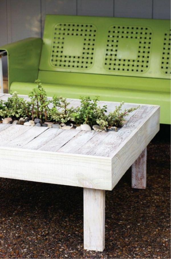 kompakte terrasse neu gestalten grün bank tisch pflanzen behälter