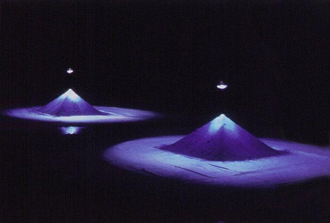 Projeto Lygia Pape | Obras | Anos 90 Tteia nº7 1991 Pirâmides, luz, pigmento, plano Dimensões variadas