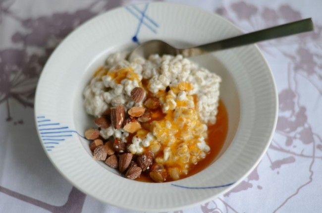 Perlebygdessert med skyr og flødeskum, serveret med bærsauce med havtorn & gulerod samt saltmandler