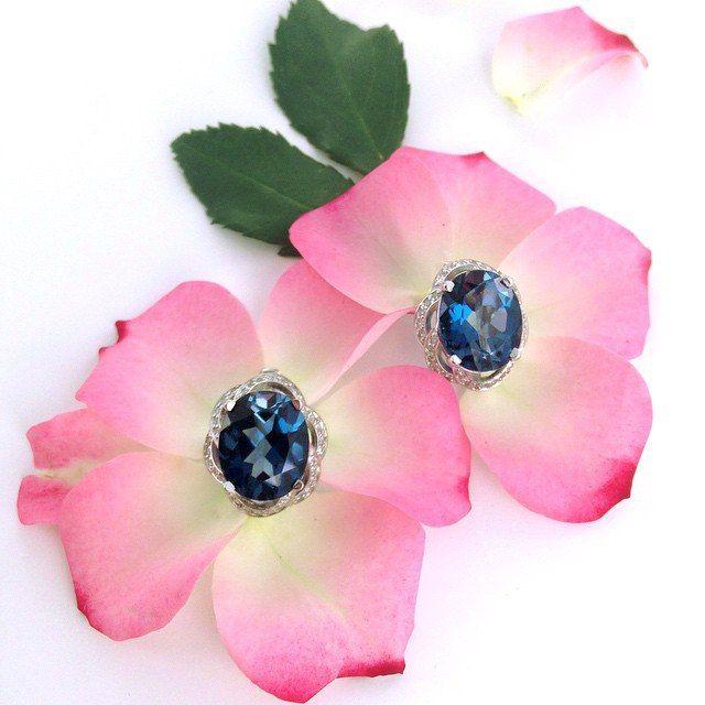 Обворожительные серьги с топазом Лондон  London Blue Topaz принадлежит к наиболее изысканным и нежным полудрагоценным камням, самоцвет восхищает своей красотой и царственностью. Его притягательный, выразительный цвет волнует, украшение с камнем такого оттенка однозначно станет Вашим любимцем – повседневным или выходным – и никогда не затеряется на дне ювелирной шкатулки.  Посмотреть: http://www.magicgold.ru/catalog/earrings-london_topaz/