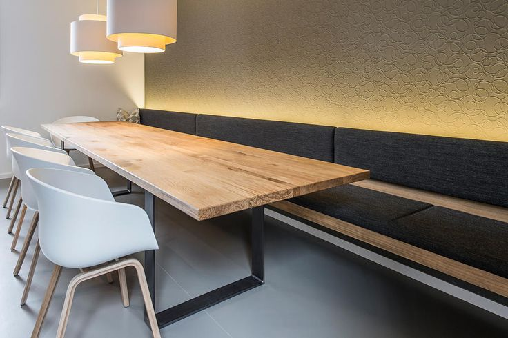 Esszimmertisch mit Stühlen, Bank und Beleuchtung | ROOMIDO.com
