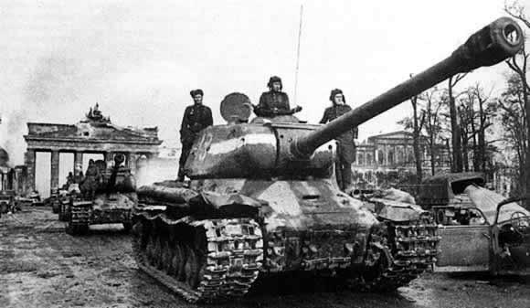 joseph stalin 2 tank in berlin 1945 with the brandenburg. Black Bedroom Furniture Sets. Home Design Ideas