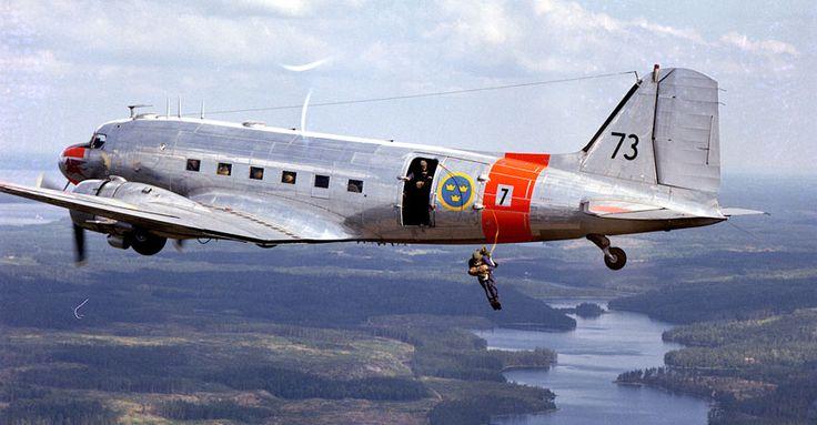 Royal Swedish Air Force TP-52 (C-47 Dakota) dropping paratroopers (1975)