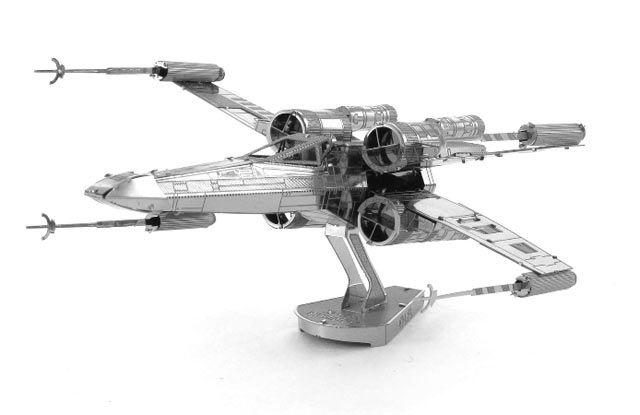 Modellino in Metallo 3D - X-Wing Si tratta di un modello 3D in metallo altamente dettagliato del caccia Ala X utilizzato da Luke Skywalker nella serie cinematorgrafica Star Wars. Questo incredibile e dettagliato modellino parte da due lamiere di metallo tagliato al laser, per terminare in un sorprendente modello in 3D. Basta seguire le facili istruzioni di montaggio e ripiegare i pezzi collegandoli ai punti di fissaggio. Non necessita di collante. #MetalHeart3D