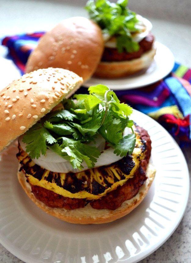 Esta deliciosa hamburguesa de pastor para armar una parrillada/taquiza. | 14 Deliciosas recetas para todos los amantes de los tacos al pastor