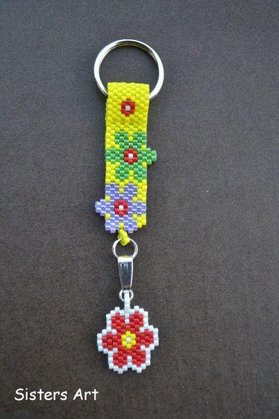 """Portachiavi """"FIORI"""" realizzato a Peyote con perline delica, by Sisters Art, in vendita su http://www.misshobby.com/it/negozi/sisters-art"""