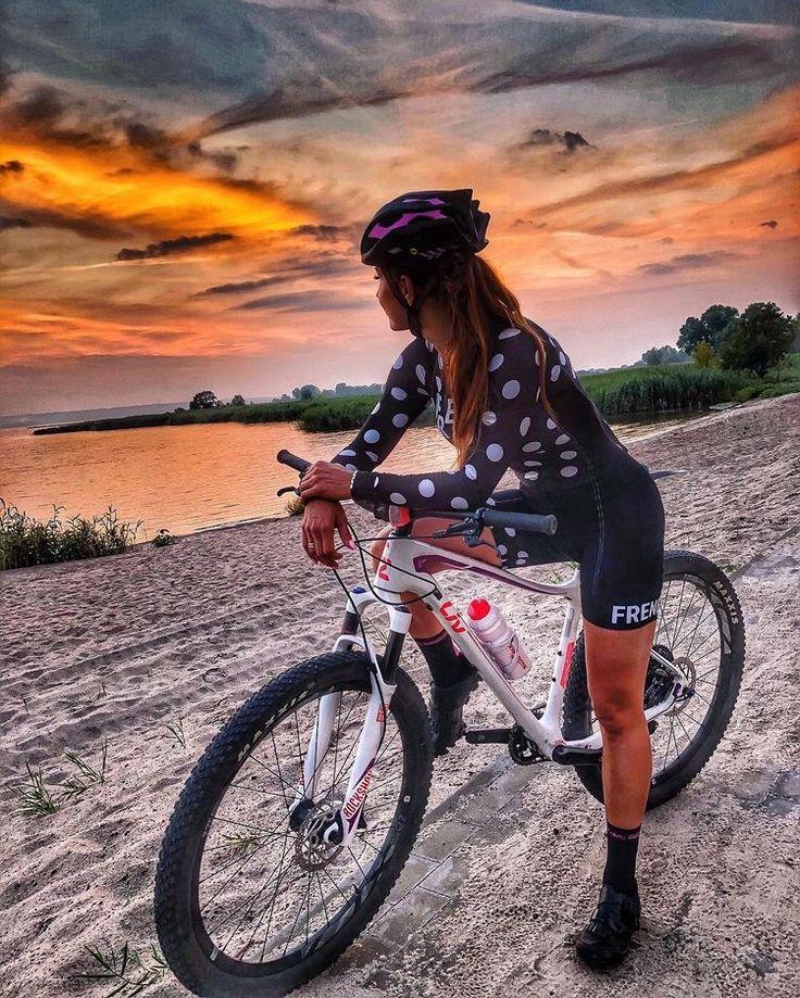 Картинка девушки на велосипедах