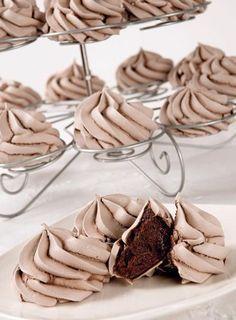 Merenguitos de chocolate.:4claras huevo,300g azúcar,20g cacao polvo. Mezcla fuerte y constan. las claras+azúcar al baño Ma.Retira cuando el azúcar esté disuelto.Batir hasta tocar el bowl y no esté caliente.El merengue ya está,denso y brillante.Tamiza el cacao y + al mereng. con movimi. envol., suaves,sin batir en exceso.Ponlo en manga y haz peque rosetas en papel antiad.La cocción nos dará el pto. para la textura. Horno 100°C,20' apr.No debe dar color, sólo secar la superf. para poder…