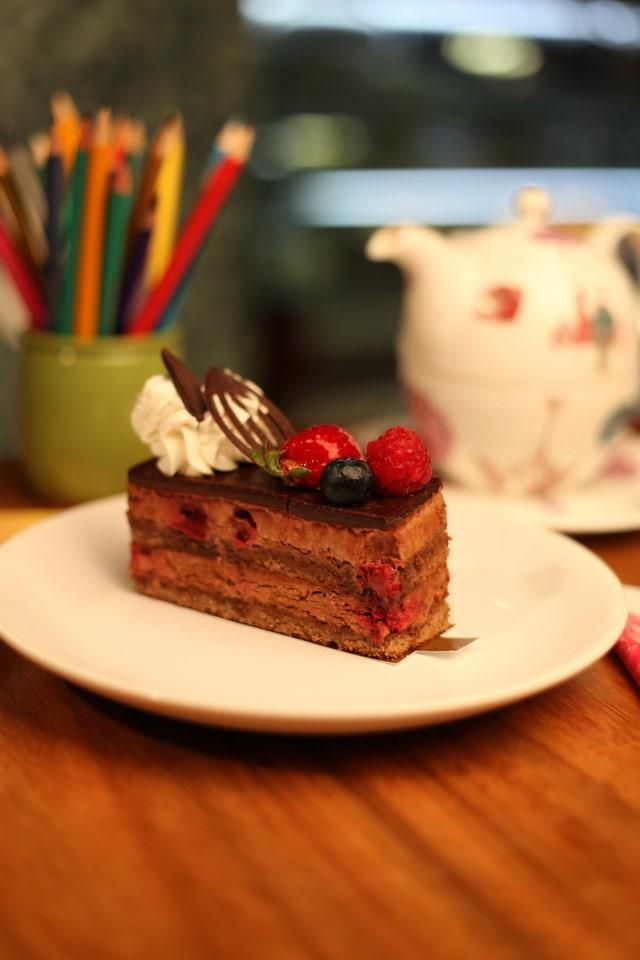 prăjitură și creioane colorate@ Institute, The Cafe www.facebook.com/Institute.ro