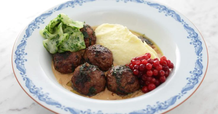 Tom Sjöstedts recept påklassiska köttbullar med mandelpotatismos, gräddig löksås.