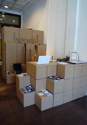 """Hansel Pop Up Store. Kartons sind gut zu transportieren und flexibel nutzbar. Vielleicht finden wir welche, die etwas """"wertiger"""" aussehen."""