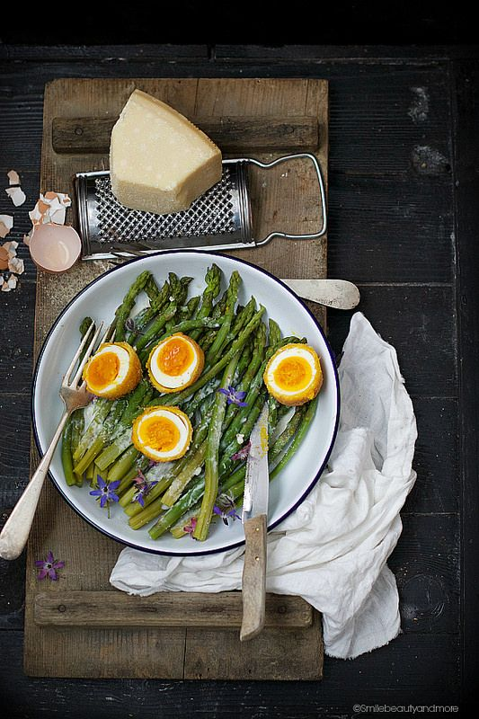 Uova fritte con asparagi-Fried eggs with asparagus