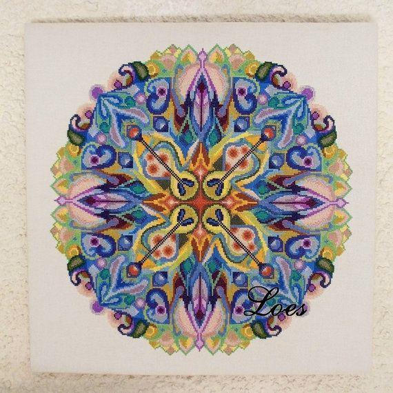 Kruissteek telpatroon Mandala genaamd Verborgen Belofte    Dit is een kruissteek patroon van een mandala. Het is een mooie muurdecoratie, of kan gebruikt worden als kussen of een prachtige originele boodschappentas    Maat op 14 kruisjes per inch:  219 x 219 kruisjes wordt 16.3 x 16.3 inches (ong. 40cm)    Dit te downloaden PDF patroon bestaat uit:  telpatroon met Z/W Symbolen DMC kleur nummers  Instructies & Tips  Uitleg over de Mandala    Deze PDF kan worden gedownload.  Je ontvangt een…