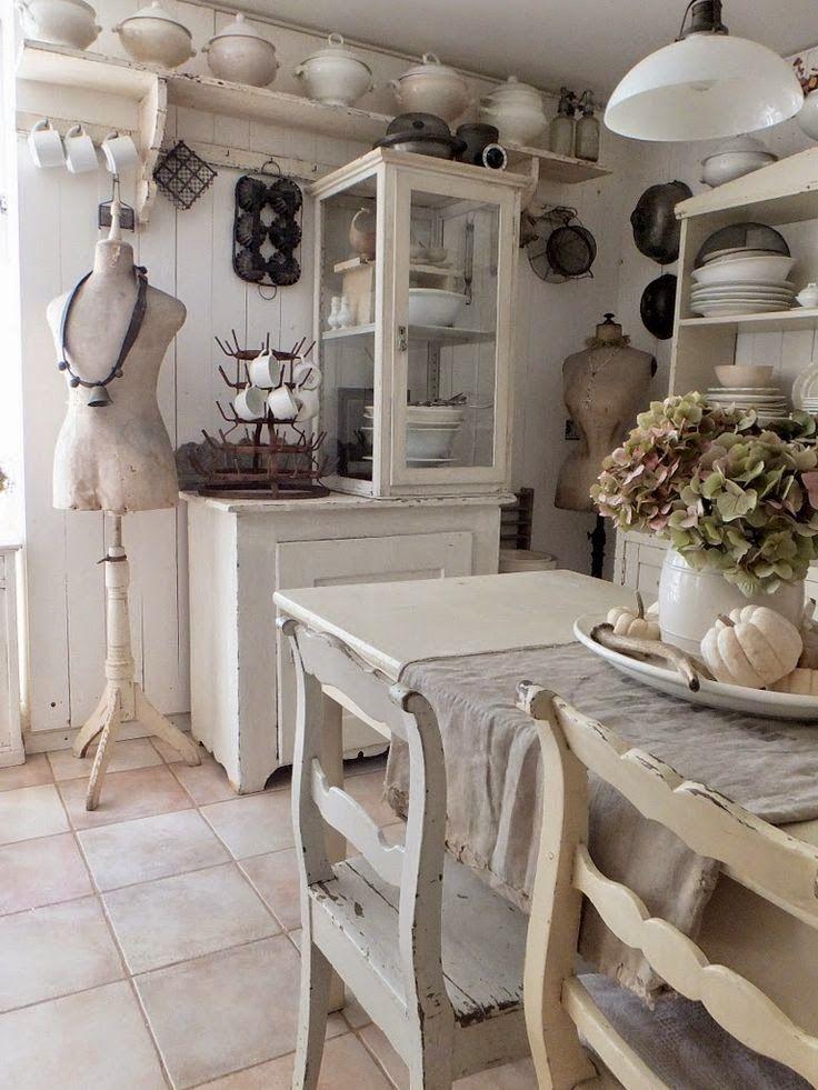 Mooie kleine landelijke keuken Met een roomdivider-kookeiland Shabby chic wit Leuke gordijntjes voor de kastdeurtjes ...