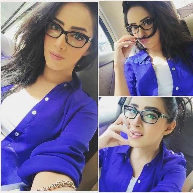 She looks so pretty in glasses love her.