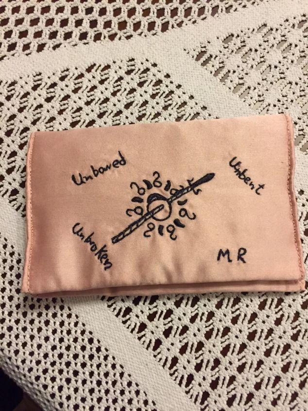 Χειροποίητη Σατέν Καπνοθήκη σε ΡΟΖ απόχρωση για τη φίλη μας τη Μαριάννα.  Χειροποίητη, κεντημένη θήκη καπνού με τον σχέδιο που ήθελε η φίλη μας!  Απολαύστε την! https://todoraki.wordpress.com/2015/06/09/handmade-satin-pink-tobacco-case/  #pink #tobacco