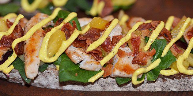 Forret med kylling, bacon, ananas og karrydressing