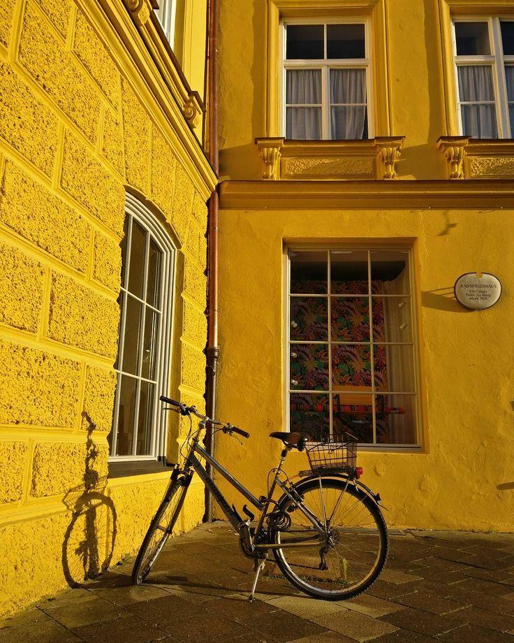 hidden corners.  #münchen #minga #igersmunich #munich #bike #yellow #hidden #summerinthecity #shadow #city #instacity #summer