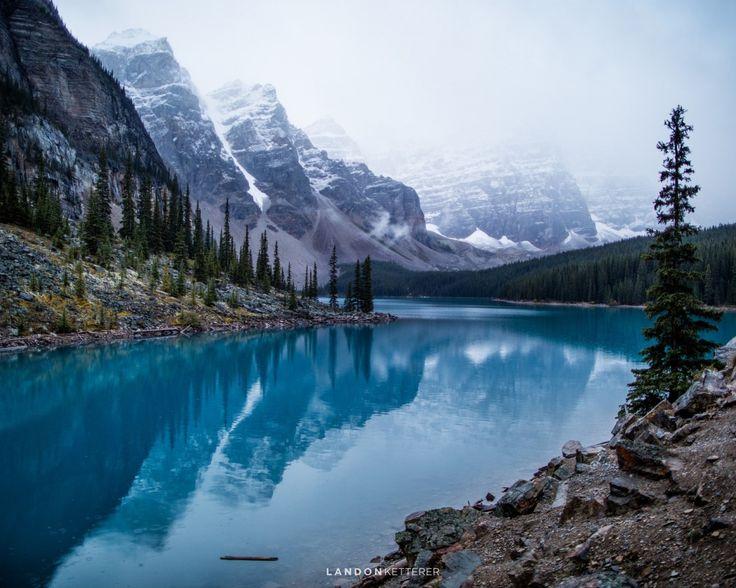 Скачать обои лес, горы, озеро, камни, скалы, Канада, Озеро Морейн, Национальный парк Банф, раздел природа в разрешении 1280x1024