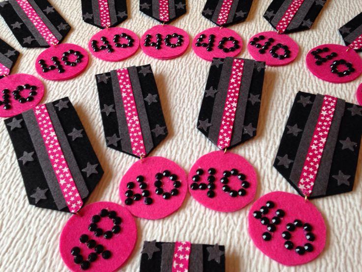 Insignias para fiesta de 40 a os ideales para cumplea os - Detalles de fiesta ...