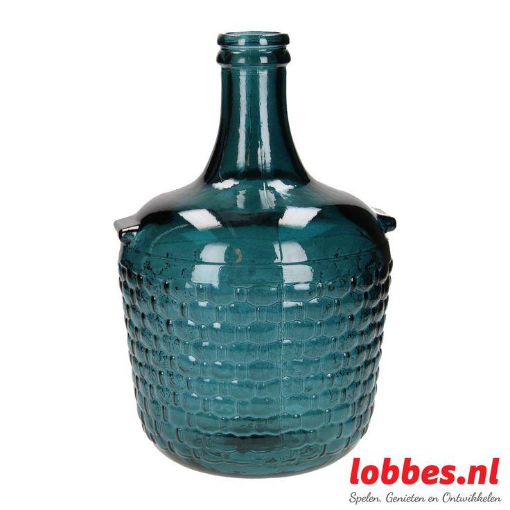 Grote vaas, gemaakt van donkerblauw glas. De vaas heeft aan de bovenkant een smalle hals.