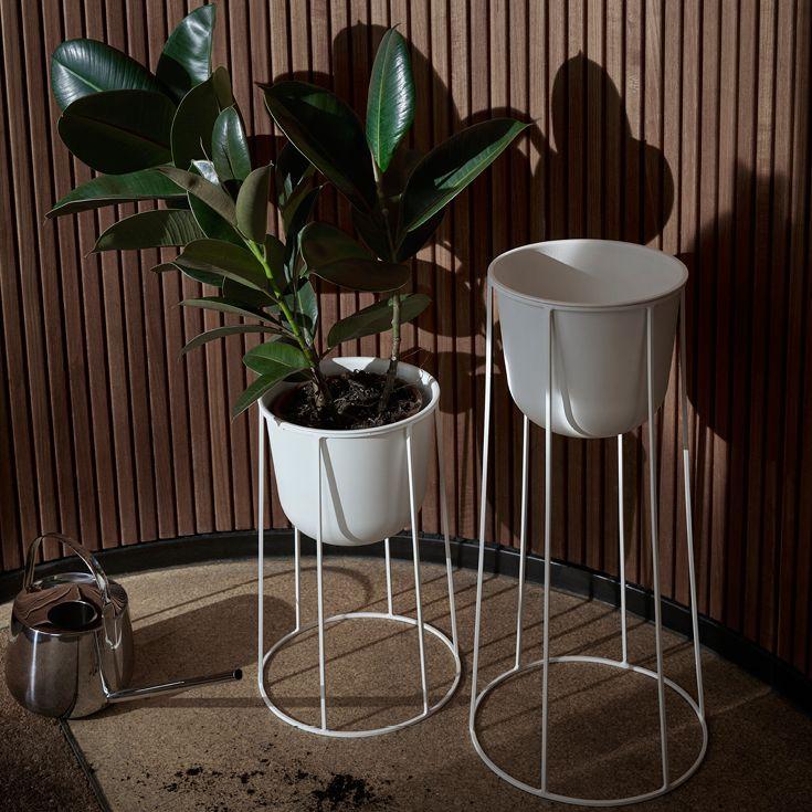 Wire serien fra Menu til planter eller olielampe. Basen fås i 3 højder, som alle kan sammensættes som blomsteropsats eller til en smuk udendørs olielampe. Fås i sort og hvid.