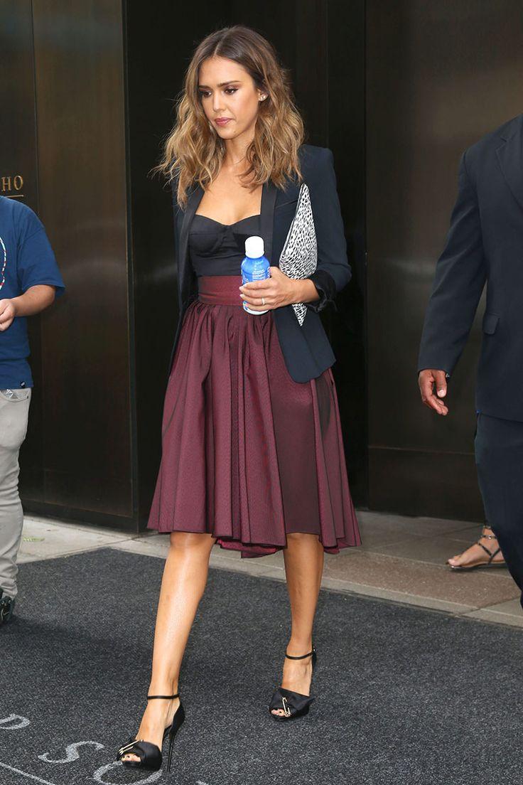 Jessica Alba - look compuesto por un top tipo corsé, una falda granate de estilo 50's, blazer negro, el clutch con print de leopardo que ya lucía en el anterior look y unas sandalias altas satinadas con tobillera.