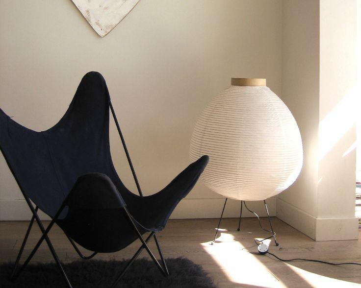Jouez-la sobre avec les gris. Le fauteuil bas et noir et le tapis moelleux gris anthracite ressortent sur les murs fauve et sur le plancher gris de ce salon minimaliste.
