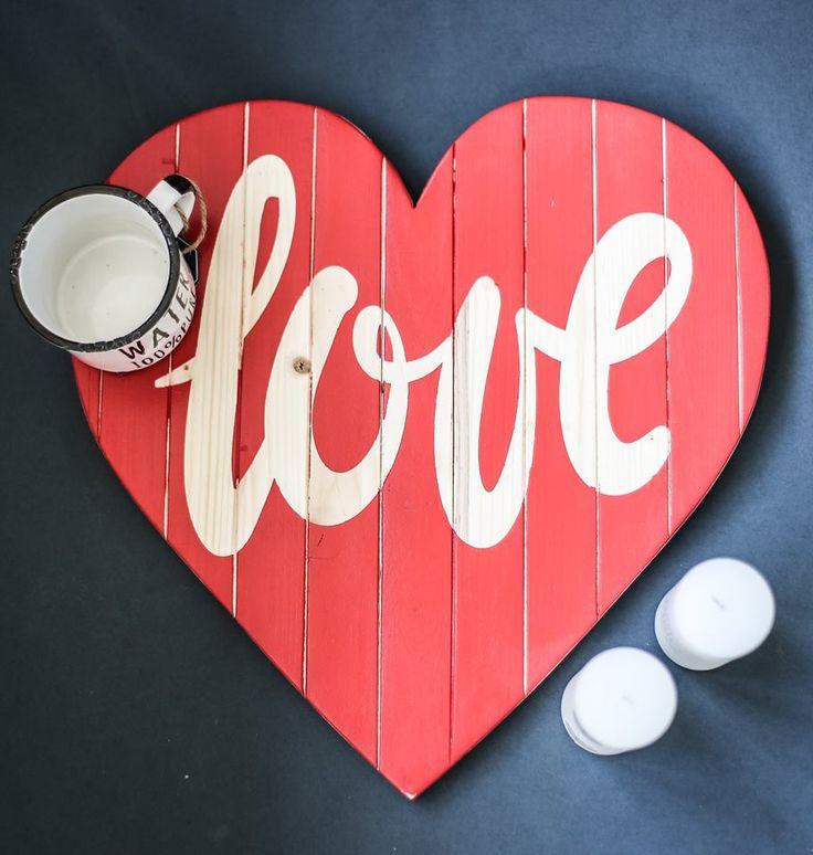 """Nicholas Sparks este de părere că """"Love is like the wind, you can't see it but you can feel it."""". Noi îi susținem ideea. Semnul din lemn """"Love"""" este disponibil la standul Mr. House din Palas Mall ( zona Hervis Sports). Vino să-l iei acasă!"""