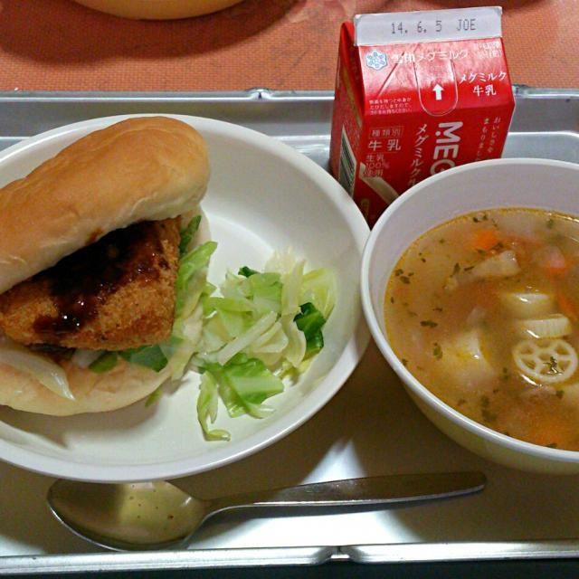 小学校の給食です。 今日の献立は  ・フィッシュサンドイッチ(さわらフライ) ・ボイルキャベツ ・パスタスープ ・牛乳 - 29件のもぐもぐ - 今日の給食(5/26) by sakachinmama