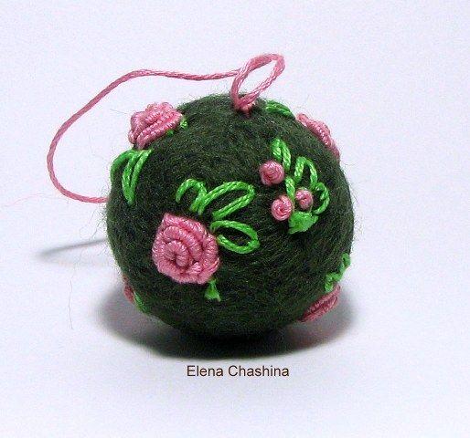 Новогодний шарик из шерсти.Сухое валяние.. Декор вышивка рококо