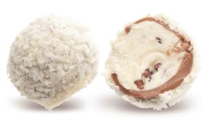 Конфеты ручной работы Frade ШАТО Нежный трюфель с кокосовой начинкой, кусочками бобов какао и белым шоколадом в капсуле из молочного шоколада с обсыпкой кокосовой стружкой – любимый трюфель в нашем королевстве.