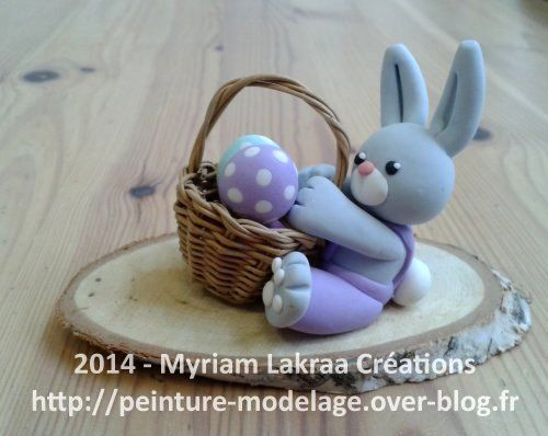 Lapin assis et panier (pâques) - Pâte polymère Fimo (polymer clay) - 2014 - Myriam Lakraa Créations