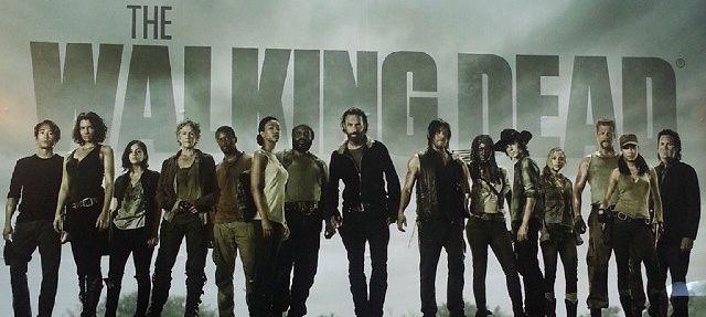 Après une apocalypse ayant transformé la quasi-totalité de la population en zombies, un groupe d'hommes et de femmes mené par l'officier Rick Grimes tente de survivre... Il y a un peu plus de quatre ans, la chaîne télévisée AMC lançait le premier épisode de The Walking Dead. Retour sur le chemin qu'a parcouru la série depuis.