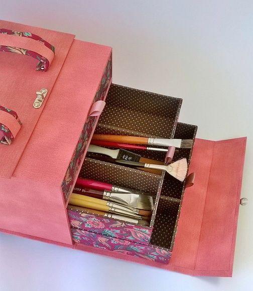 Kit de cartonagem para revestimento e montagem da maleta para pinceis.  Kit acompanha, peças cortadas em papelão cinza 1.9, papel cartão, ferragens.  O passo a passo será enviado por e-mail.  Dimensões da maleta montada (CxLxA): 26x21x5x16,5 cm  Dimensões de cada gaveta (CxLxA): 24,5x18x4,6 cm  *...