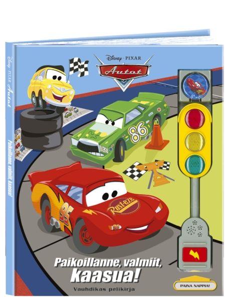 Superhauska Autot: Paikoillanne, valmiit, kaasua! -kirja pitää sisällään neljä erilaista, Autot-aiheista lautapeliä – yksissä kansissa. Nopan heittämisen sijaan oman vuoron tullessa painetaan liikennemerkkipylvään nappia ja jännitetään, osuuko kohdalle vihreä, keltainen vai punainen valo. Kurvaile vuorilla, suhaa Syylari Cityssä tai aja kilpaa Piston Cupissa!