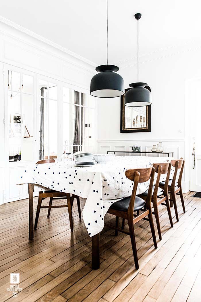 Esszimmer   Schwarze Lampen   Holzstühle