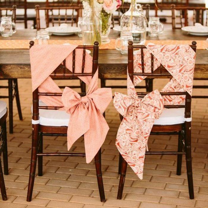 une jolie décoration pour les chaises de mariage jetable et pas cher