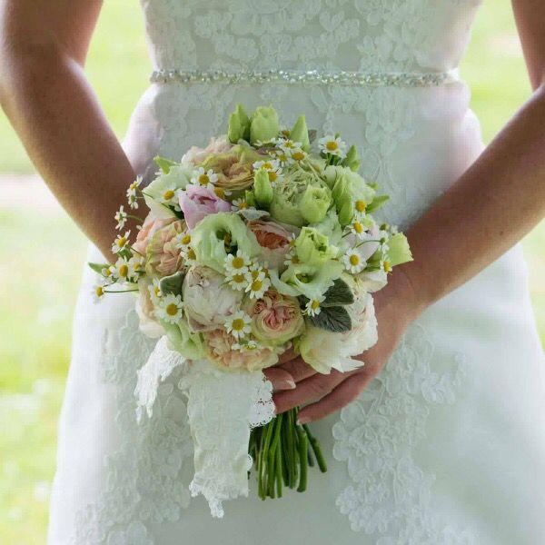 Pastel bruidsboeket met afwerking van bruidsjurk.