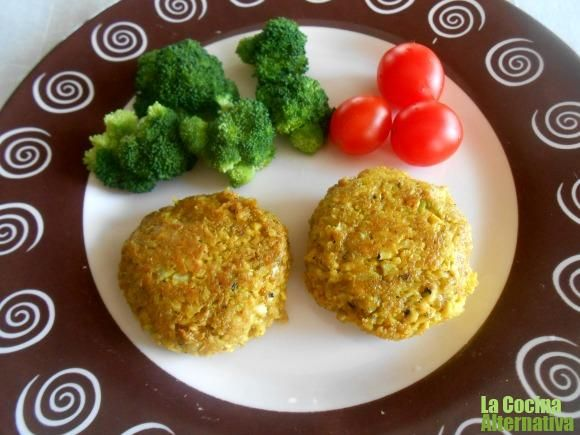 hamburguesa de calabacín y tofu a la curcuma: 1/2 calabacín un paquete de tofu a las finas hierbas unas 6 cucharadas de copos de avena 2 cucharadas de pan rallado 1 cucharada de salsa de soja o de agua 1 cucharada de cúrcuma 1 cucharadita de ajo en polvo sal y pimienta