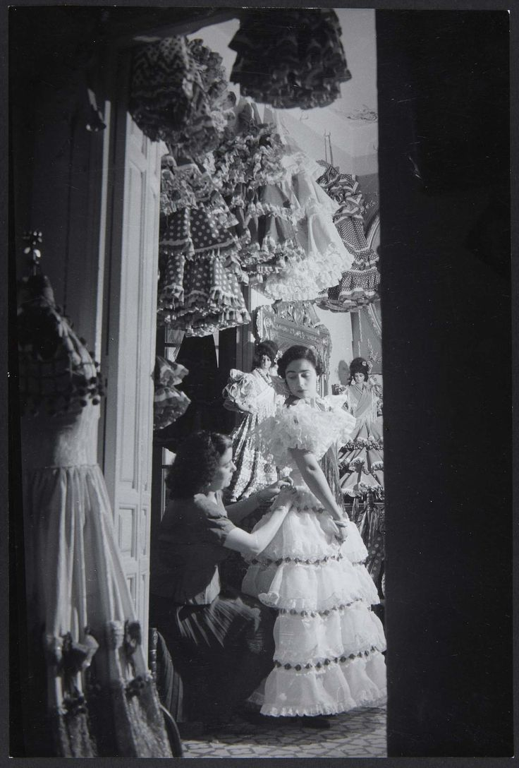 photo brassai spain - La couturière des Robes á Volants (La costurera de los vestidos de volantes)
