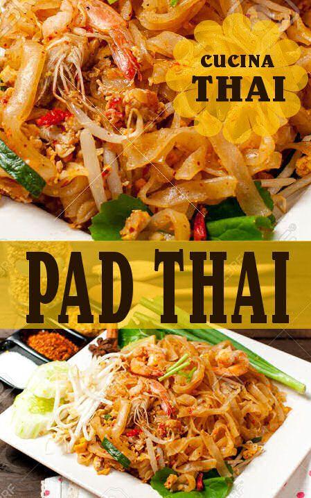 """Il Pad Thai (letteralmente """"Fritto alla Thailandese"""") è un piatto composto da tagliolini di riso saltati in padella con uova, salsa di pesce, succo di tamarindo, peperoncino, più varie combinazioni di germogli di soia, gamberetti, pollo o tofu, guarniti con arachidi sbriciolate e coriandolo"""