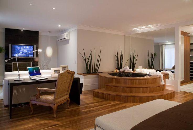 No quarto do jogador de futebol Cafu, há uma área de estar para o esportista assistir televisão com sua esposa e uma banheira para relaxar. Tudo com muito espaço.