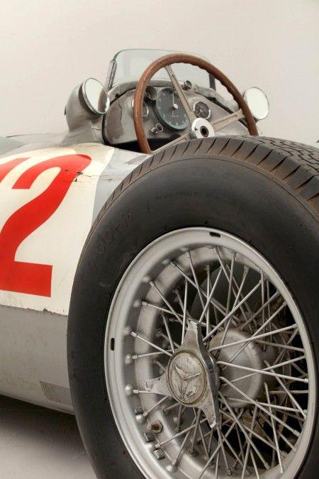 Une Formule 1 signée Mercedes Benz de 1954 . Modèle W196R impressionnant !  La photo s'intéresse aux détails de cette sublime voiture de collection, focus sur le #pneu , on ne peut que aimer ! ;)