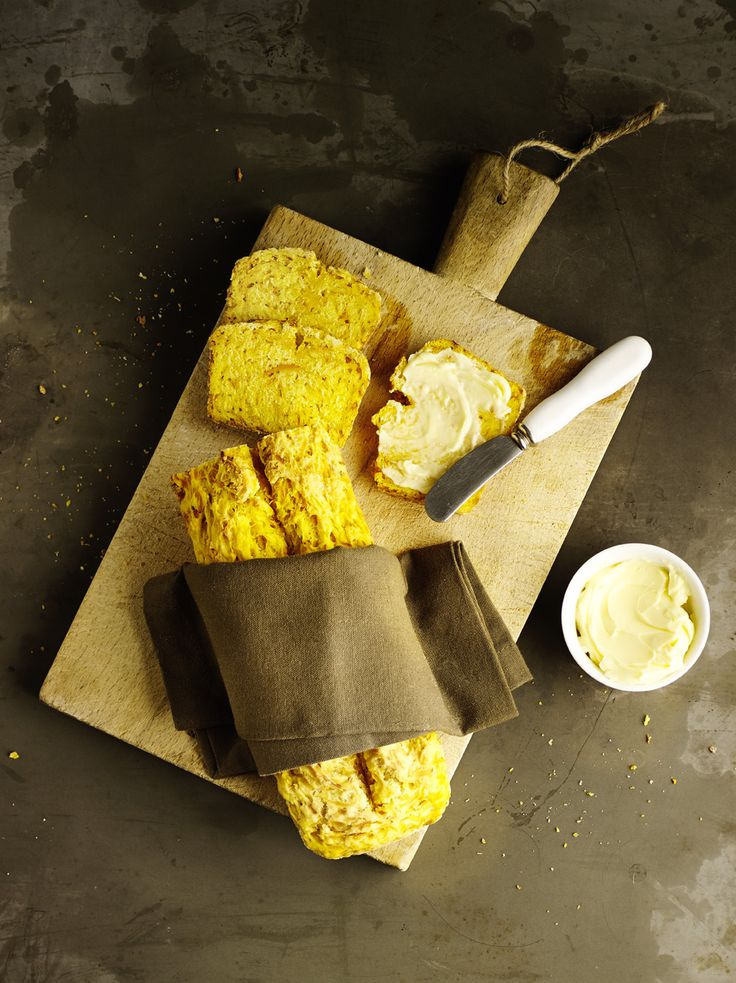 Selbst gebackenes Kürbisbrot mit Butter